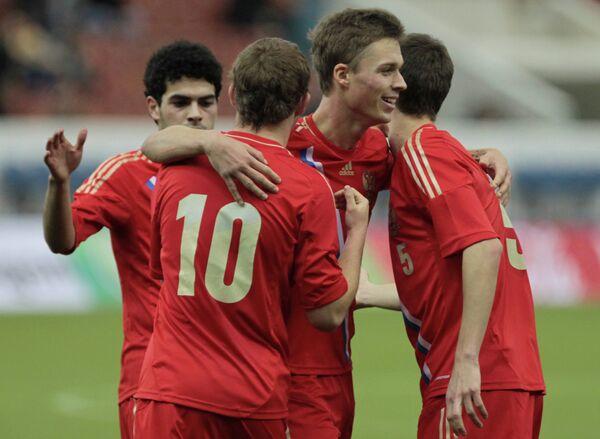 Футболисты молодежной сборной России радуются забитому мячу в финальном матче международного турнира Кубок Содружества