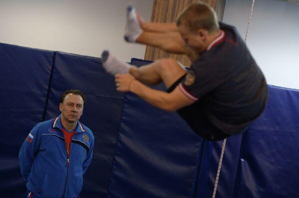 Сергей Шайбин (слева) и спортсмен Сергей Муравьев на тренировке
