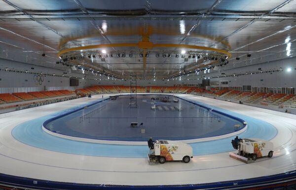 Подготовка льда на конькобежном стадионе Адлер-Арена в Сочи
