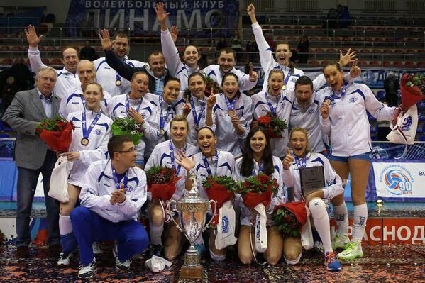 Игроки и тренерский штаб ЖВК Динамо (Москва) с кубком России на церемонии награждения.