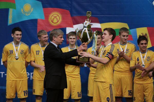 Николай Толстых (третий слева) вручает кубок победителям международного турнира Кубок Содружества 2014 сборной команде Украины