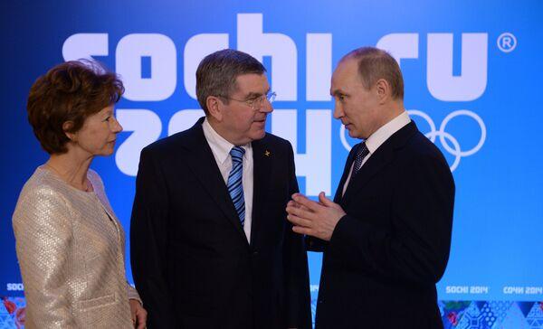 Владимир Путин и Томас Бах (справа налево)