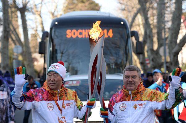 Пан Ги Мун (слева) и Томас Бах