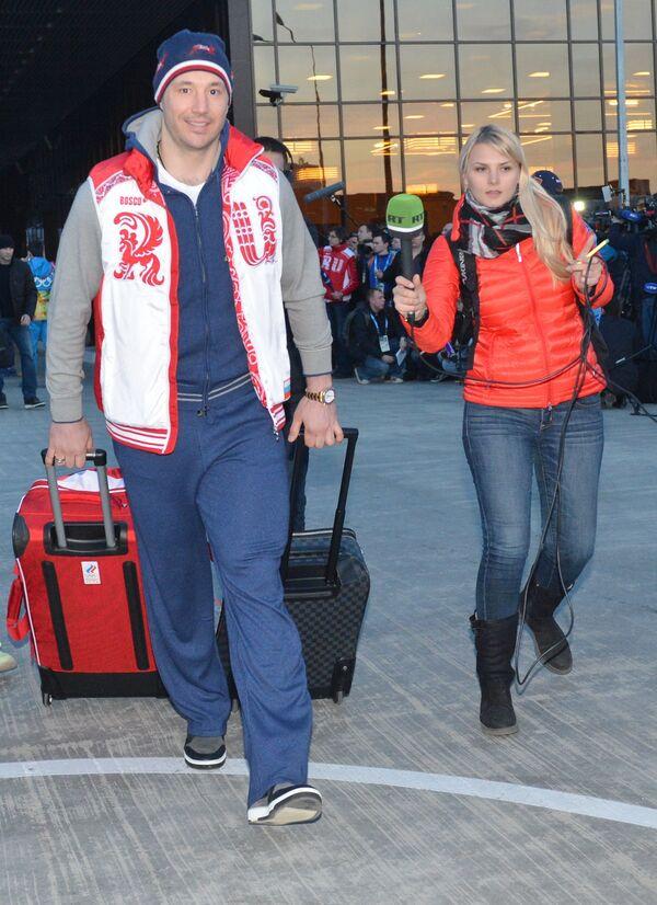 Илья Коальчук во время прилета в аэропорту Адлера