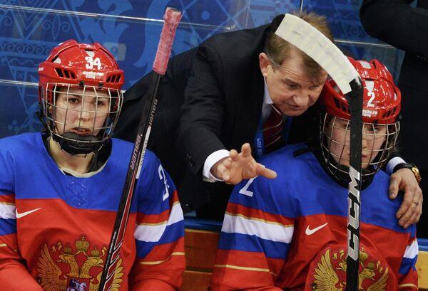 Светлана Ткачева (Россия), главный тренер женской сборной России по хоккею Михаил Чеканов и Ангелина Гончаренко (Россия)