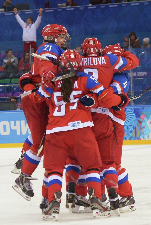 Хоккеистки сборной России радуются забитому голу
