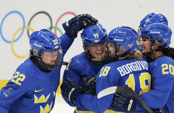 Слева направо хоккеистки сборной Швеции: Эмма Элиассон, Сесилия Эстберг, Анна Боргквист, Фанни Раск и Юханна Олофссон
