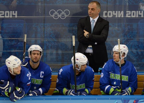 Матьяж Копитар (на втором плане) и хоккеисты сборной Словении