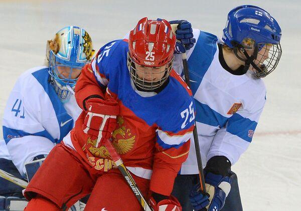 Слева направо: Вратарь Ноора Рятю (Финляндия) и Екатерина Лебедева (Россия)/ Матч Финляндия - Россия