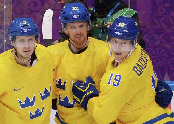 Хоккеисты сборной Швеции Оливер Экман-Ларссон, Даниэль Седин и Ларс Никлас Бекстрём радуются забитому голу (слева направо)