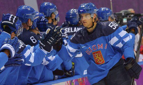 Форвард сборной Финляндии Юхаматти Аалтонен радуется заброшенной шайбе с партнерами по команде