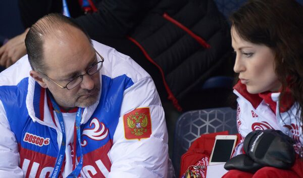 Тренер Томас Липс (Россия) и Екатерина Галкина (Россия) наблюдают за ходом финального матча между сборными командами Швеции и Канады