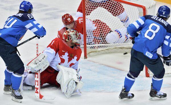 Нападающий сборной Финляндии Теему Селянне (крайний справа) забрасывает шайбу в ворота российского голкипера Семена Варламова после передачи Микаэля Гранлунда (слева)