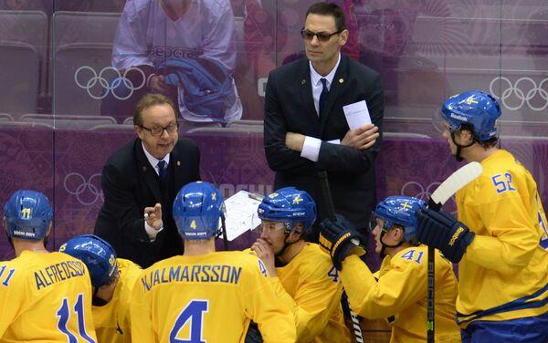 Пер Мортс (слева на втором плане) и хоккеисты сборной Швеции