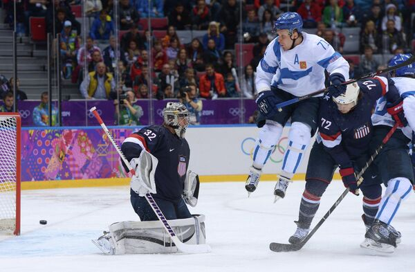 Слева направо: вратарь Джонатан Куик (США), Лео Комаров (Финляндия) и Джастин Фолк (США)