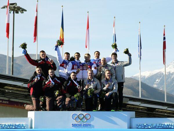 Призеры соревнований четверок по бобслею среди мужчин на XXII зимних Олимпийских играх в Сочи во время медальной церемонии