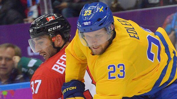 Патрис Бержерон (Канада) и Александр Эдлер (Швеция) в финальном матче между сборными командами Швеции и Канады