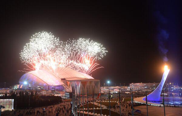 Праздничный фейерверк над стадионом Фишт во время церемонии закрытия XXII зимних Олимпийских игр