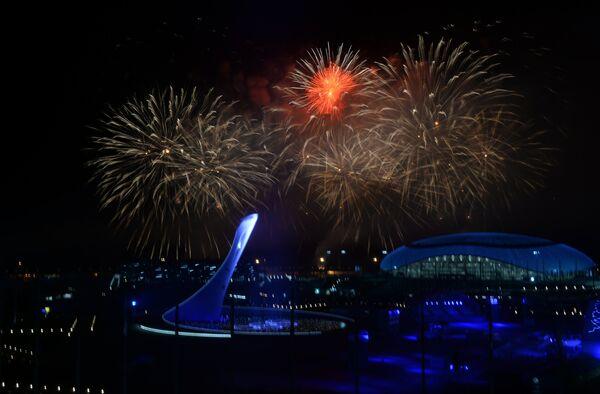 Салют над Олимпийским парком во время церемонии закрытия