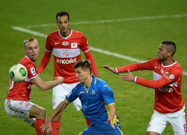 Денис Глушаков, Жуан Карлос, Рафаэл Кариока (в красном слева направо) и игрок Ростова Дмитрий Полоз
