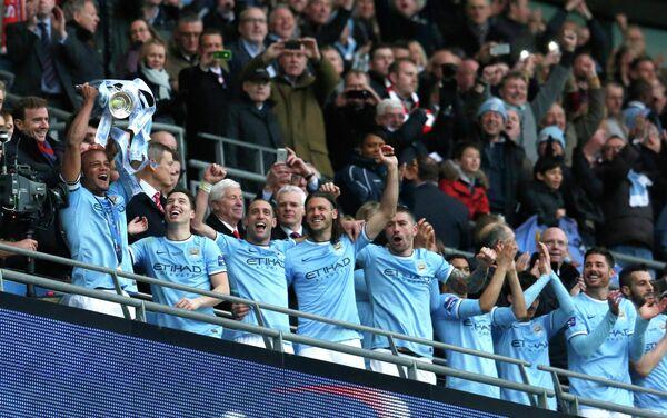 Футболисты Манчестер Сити с Кубком английской лиги