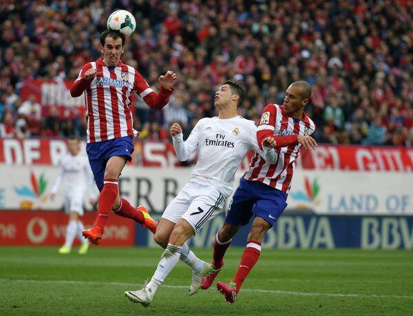 Игровой момент матча Атлетико - Реал