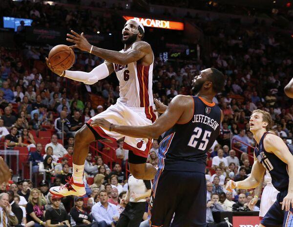 Форвард Майами Хит Леброн Джеймс установил личный и командный рекорд в победном матче регулярного чемпионата НБА с Шарлотт Бобкэтс, набрав 61 очко.