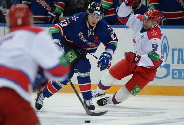Алексей Поникаровский (в центре) и Сергей Гимаев