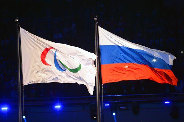 Паралимпийский флаг и национальный флаг России