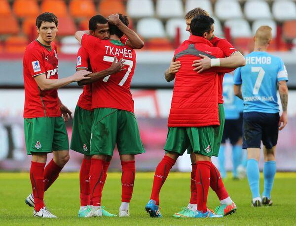 Футболисты Локомотива радуются победе над Крыльями Советов