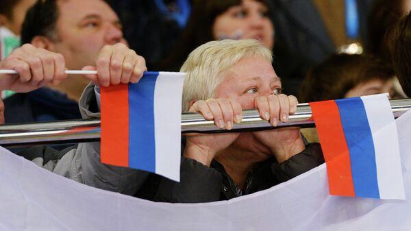 Люди с бумажными флажками с российским триколором