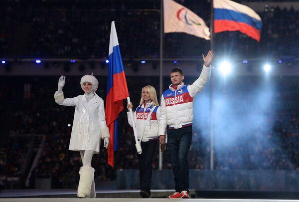 Знаменосцы сборной России Алексей Иванов и Михалина Лысова