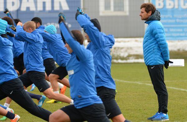 Главный тренер футбольного клуба Зенит Андре Виллаш-Боаш (справа) во время тренировки команды