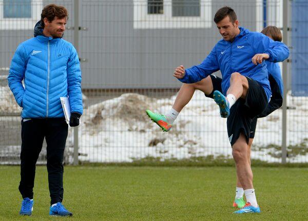 Главный тренер футбольного клуба Зенит Андре Виллаш-Боаш (слева) и защитник клуба Александр Лукович во время тренировки