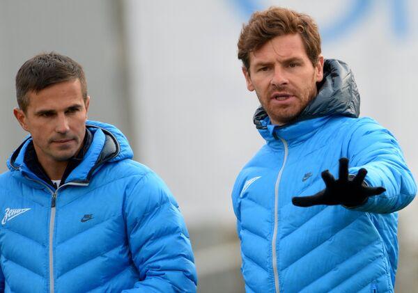 Главный тренер футбольного клуба Зенит Андре Виллаш-Боаш (справа) и тренер Игорь Симутенков во время тренировки команды