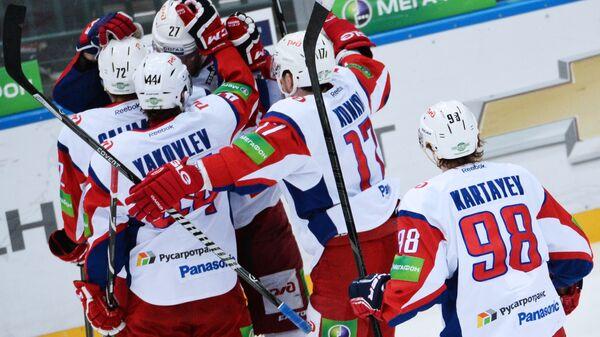 Хоккеисты Локомотива радуются забитому голу