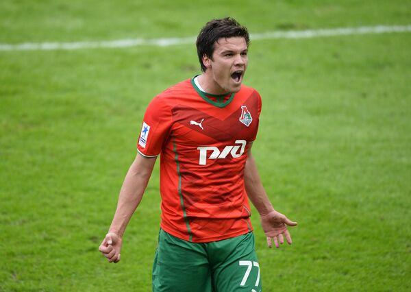 Полузащитник Локомотива Сергей Ткачев радуется своему забитому голу в ворота Урала