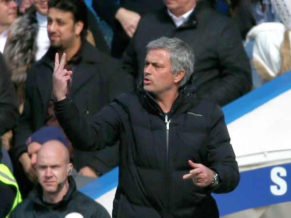 Главный тренер Челси Жозе Моуринью руководит своей командой в матче против Арсенала
