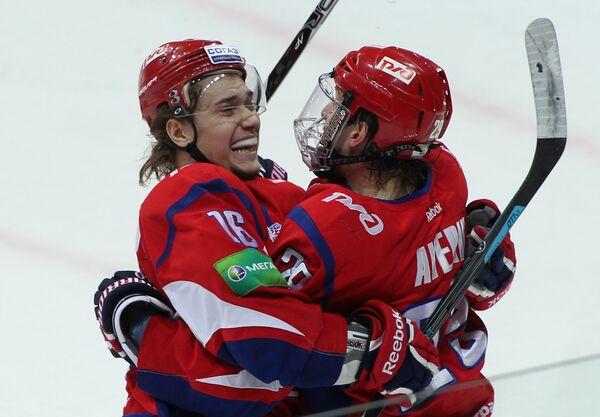 Хоккеисты Локомотива Сергей Плотников(слева) и Егор Аверин