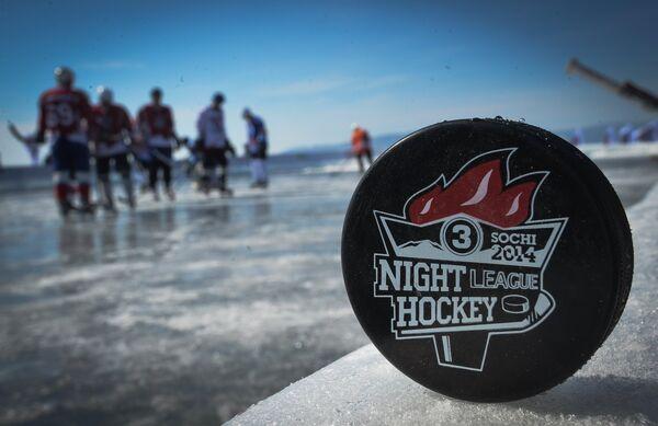 Шайба на льду во время матча-акции Ночной Хоккейной Лиги Байкал – территория НХЛ