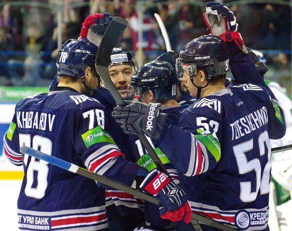 Хоккеисты Металлруга Ярослав Хабаров, Ян Коварж, Сергей Мозякин, Сергей Терещенко (слева направо)