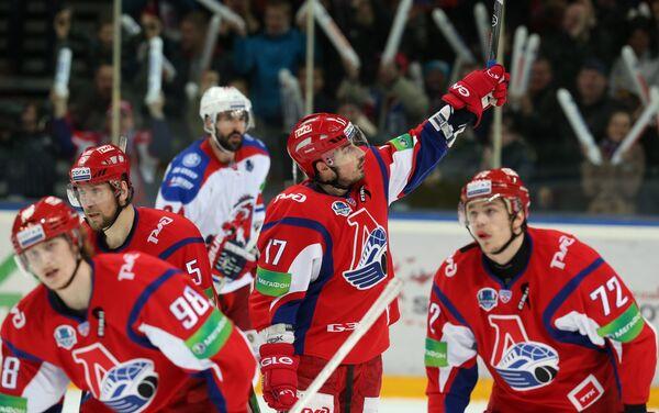 Нападающий Локомотива Сергей Коньков (в центре) радуется заброшенной шайбе в ворота Льва