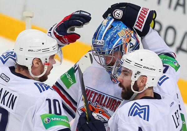 Игроки ХК Металлург Сергей Мозякин (слева), Крис Ли (справа) и вратарь ХК Металлург Василий Кошечкин