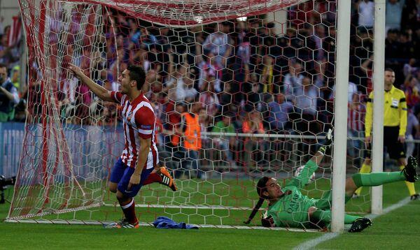 Нападающий Атлетико Коке забивает мяч в ворота Барселоны
