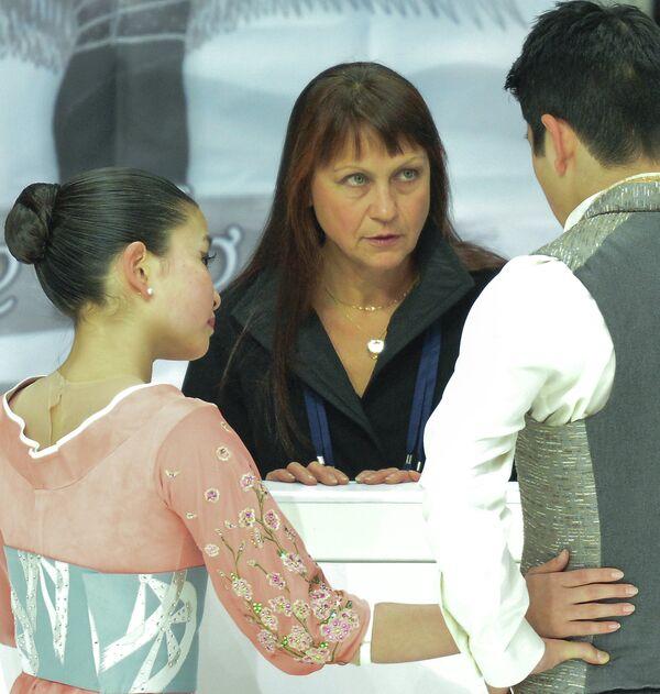 Майи Шибутани (слева), Алекса Шибутани (справа) и Марина Зуева (в центре)