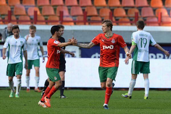 Футболисты Локомотива празднуют забитый гол