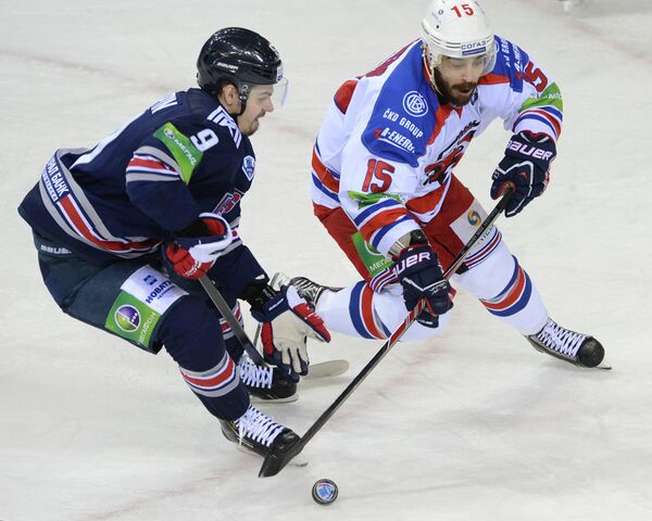 Виктор Антипин (слева) и игрок Льва Джастин Азеведу