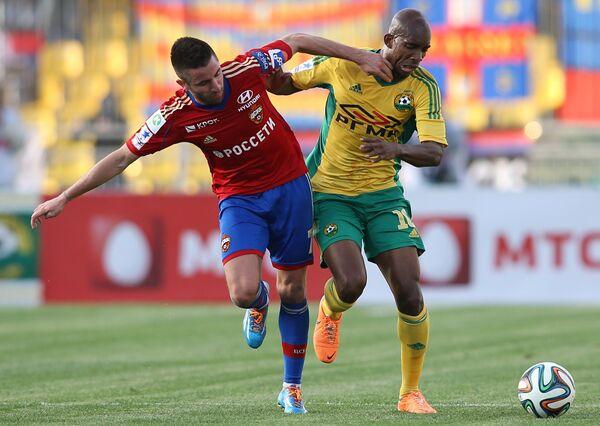 Игрок ЦСКА Зоран Тошич (слева) и игрок Кубани Шарль Каборе