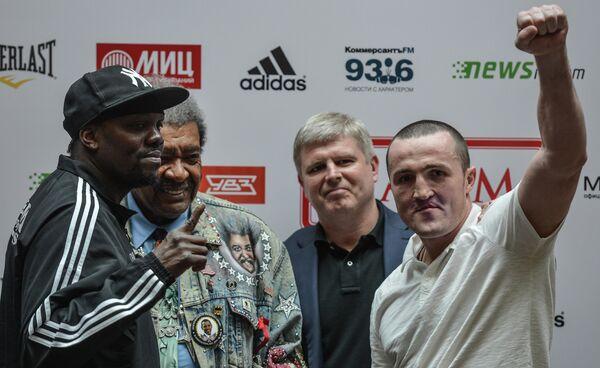 Денис Лебедев (справа) и боксер из Панамы Гильермо Джонс