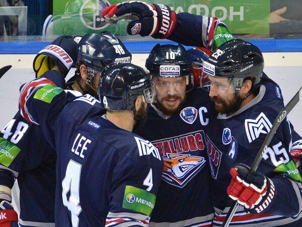 Игроки ХК Металлург Крис Ли, Евгений Бирюков, Сергей Мозякин и Данис Зарипов (слева направо)